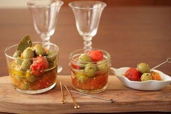 オリーブとトマトで作る、ガーリックとハーブの香るおしゃれなおつまみ。しっかりと冷やして、白ワインとともにいただきます。