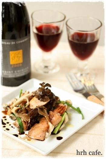ガーリックとバターのコクのある香りが赤ワインによく合う、鮭と舞茸のソテー。赤ワインとバルサミコ酢のソースが、さわやか♪