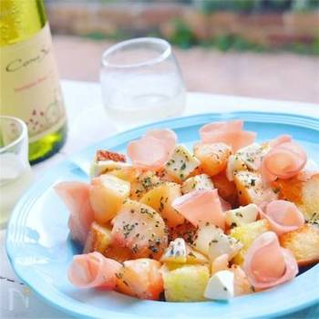 桃とレモンの風味がさわやかな、白ワインにぴったりのバゲットサラダ。手軽につまめるので、おもてなしの際の一品として出しても喜ばれそう。