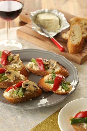 ガーリックとハーブが香るチーズとアスパラガス、パプリカ、マッシュルームを彩り豊かにバゲット上にトッピング。野菜は蒸し焼きにすると、旨みを引き出すことができます。