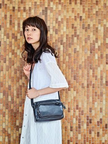 大きなバッグは収納力が高く便利ですが、アイテムによってはバッグに持たされているような野暮ったいイメージになりがちです…。最近は、いろんなことがスマホで解決できることもあり、バッグのトレンドはどんどんミニサイズになってきているそう。この機会にぜひ小ぶりサイズのバッグにシフトしませんか?