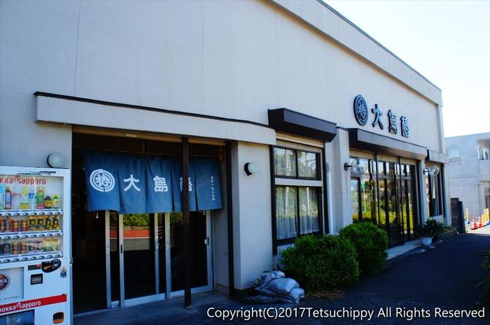 伊豆大島のお土産として人気なのはもちろん、椿油です。こちらは元町港から徒歩10分のところにある「大島椿製油所」。「大島椿」唯一の直営店だそうです!