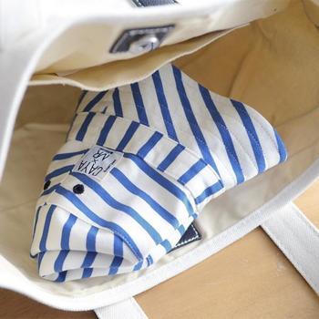 そんな安心の防虫キッズハッとは、見た目も青のボーダーが夏らしくて素敵。また、機能性、デザイン性だけでなく、洗濯の耐久性も高く、なんと70回も洗濯しても効果が持続するので、汗をかく夏場にいつも清潔に使えます。さらにコンパクトにたためるので、バッグに入れて持ち歩くのも便利です。