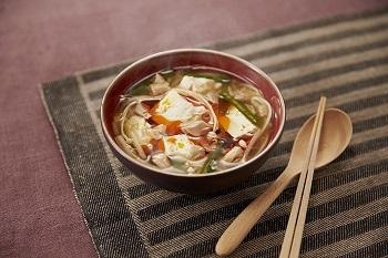 疲れたときに食べたくなるのが、すっぱさが魅力の酸辣湯(サンラータン)。 汁ごと入れるツナ缶にスープのコクはお任せ。カット野菜を使えば、さらに手間いらずで、栄養バランスのいい一椀の完成。豆腐も入って、食べ応え十分です。  ※使用調味料:「丸鶏がらスープ」