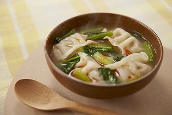 沸騰したスープに、小松菜と凍ったままの冷凍餃子を入れればできあがり!食べ応え抜群のスープは、小松菜がたっぷり。野菜が足りてないな…というときにもうれしい。最後に加えるラー油がほのかなアクセントです。  ※使用調味料:「Cook Do® 香味ペースト®」