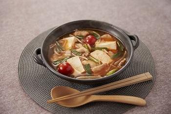 キムチと相性抜群のニラと豚肉の定番コンビは、間違いのない美味しさ。最初にごま油とにんにくを炒めて香りをたたせるのがポイントです。このほか、トマト、もやし、豆腐も入った具だくさんスープは、ピリ辛で暑い季節にたまらない味わいです。  ※使用調味料:「鍋キューブ®」 ピリ辛キムチ