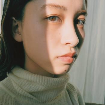 シミができるのを抑えるには、紫外線対策が必須です。日焼け止めは、特にシミができやすい頬骨の辺りや目の下、日光が当たりやすい鼻の頭には重ね塗りをしましょう。