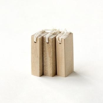 防虫効果のある、くすのきの端材を再利用し、ひとつひとつ丁寧に作られた「防虫くすのき」。くすのきの穏やかでさわやかな香りは、気分をリラックスさせる効果や、消臭効果もあり、シンプルな木のブロックはインテリアとしても、和洋どちらの部屋にも似合いそう。