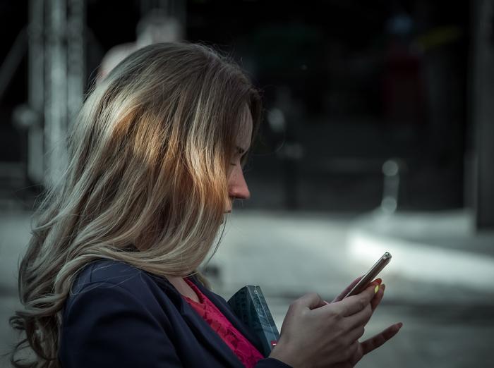 目が覚めた時から寝るまでの間、ずっと一緒にいるスマホ。「暇さえあれば触っている」なんて人も多いことでしょう。近年、私たちの生活の中で、このデジタル機器はなくてはならない存在となりました。  また「寝ている間はスマホを使っていない」と思うかもしれませんが、電源を切っていない限り、外部との繋がりが完全に切れていることにはなりません。そう考えると、私たちが1日の中でスマホと離れている時間は1分もないのかもしれません。