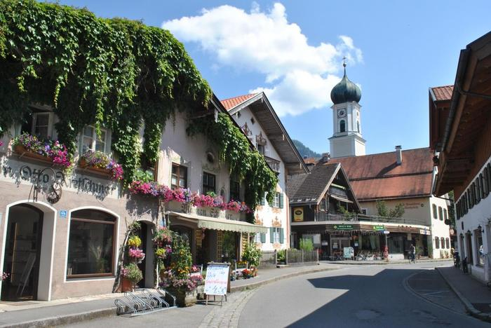 おすすめは、花が咲きみだれる春~夏の時期。壁画や色とりどりの花を見ながら村を散策することができます。有名な都市に比べるとまだまだ知名度は低いですが、カフェやレストラン、お土産物屋さんは充実しています。