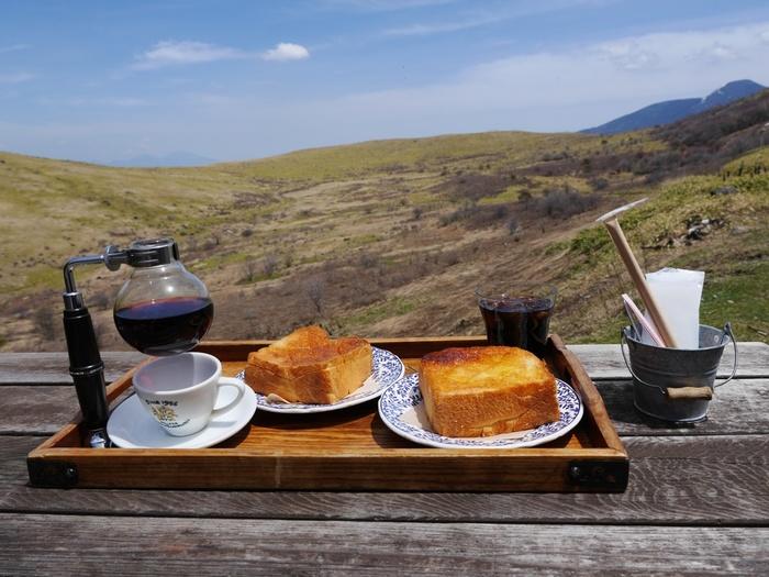 車山を眺めながらお食事できるウッドデッキ。画像は『はちみつとシナモンの厚切りトースト』。