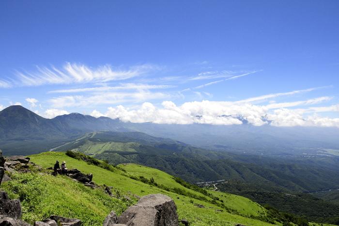 霧ヶ峰は、八ヶ岳中信高原国定公園の一部で、茅野市・諏訪市・下諏訪町・長和町をカバーする広大な高原エリアです。 なだらかな起伏を歩くハイキングコースがありますが、今回は標高1000mあまりのビーナスラインを走るバスを利用してアクセスできる「車山高原」「八島ヶ原湿原」をご紹介します。 画像は霧ヶ峰の最高峰で日本百名山の1つ・車山の山頂(標高1925m)付近。