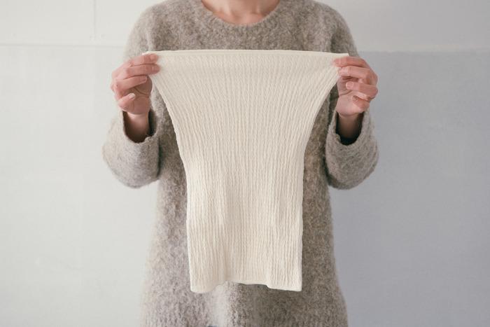 腹巻きの伸縮性も同じです。自分の体を締めつけ過ぎない伸縮性のあるものを選ぶようにしましょう。腹巻きも他の衣服同様、試着するのが1番手取り早くサイズが分かります。特に「フリーサイズ」となっているものはできれば試着して、自分の体に合っているか確かめてくださいね。  こちらは、特殊な機械を使い編みたてた腹巻きなので、わきに縫い目がなく体にすっと馴染みます。伸縮性がありフィットするのに締め付け感のないストレスフリーの着心地です。