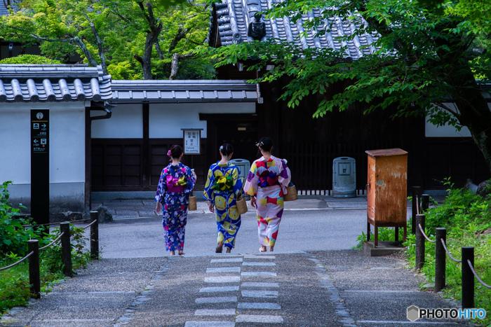 軽井沢など、避暑地へお出かけしたり、花火大会や夏祭りなど浴衣を着る機会も多いこの季節。