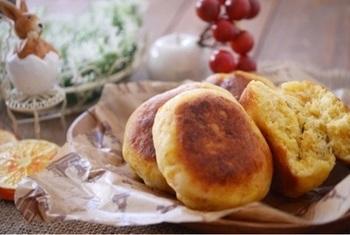 【にんじんパン】 にんじんは皮をつけたまますりおろし、生地に混ぜ込みます。丸くまとめたら、そのままフライパンで焼けば完成!発酵いらずなので、食べたいときにすぐ作れるのが嬉しいですね♪