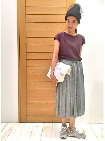 ゆらゆらと女性らしい動きが楽しめるプリーツスカート。同じ色のグレーのスニーカーを合わせると全体的に落ち着いた雰囲気になりますね。