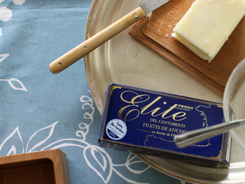 お好みのバターでいいのですが、たとえばこちらはなめらかな舌触りが美味しいと話題の「カルピスバター」。カルピスを作るときに生まれる乳脂肪を使い作られています。