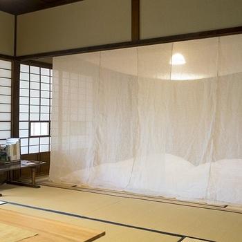 「うわーっ懐かしい」…そんな声が聞こえてきそうな「麻の蚊帳」。天井から吊り下げて使用することで、寝床のまわりを囲い、虫の侵入を防ぐ、懐かしのアイテムです。