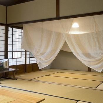 蚊帳を吊るしたときの広さは6畳ほどで、立ったまま出入りができるので、布団だけでなくベッドでの使用も可能。ふんわりとしていて、透過性のある麻の蚊帳は、就寝時だけでなく、子どものプレイスペースにも使えそう。