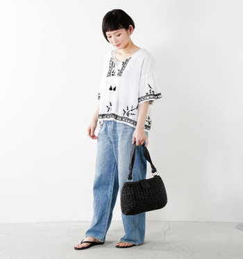モノトーンの刺繍入りトップスは、太めのデニムを合わせても女性らしく清楚に決まるアイテムです。品のある一枚は持っていると便利なアイテムです。