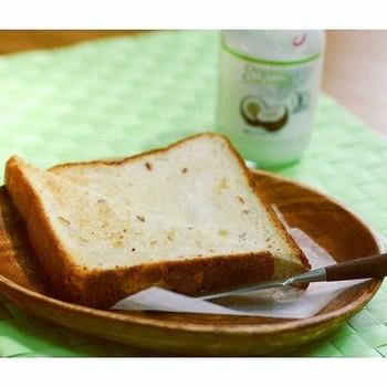 バターの代わりにココナッツオイルを塗ってみませんか?パンにすーっと馴染み、ココナッツの甘い香りが広がります。砂糖や塩をぱらりと振りかければ、味のアクセントに。