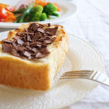 オランダの朝食に欠かせないのが、トーストにかけるチョコチップなんだそう。バターを軽く塗って、その上からチョコチップをふりかけていただきます。