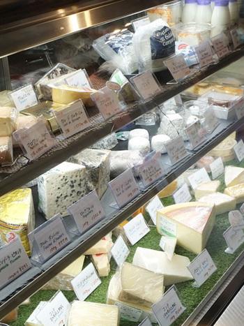 こちらは麻布十番にあるチーズ専門店です。味わいの異なる様々なチーズが販売されています。チーズを手土産にチョイスするときは、集まるメンバーの顔を思い浮かべながら、チーズの種類を選んでみましょう。お酒を飲むのが好きなメンバーなら、個性的なクセの強いチーズが好まれますし、お食事を楽しむメンバーならマイルドなチーズが好まれます。すこしずついろいろな種類を選んでみましょう。