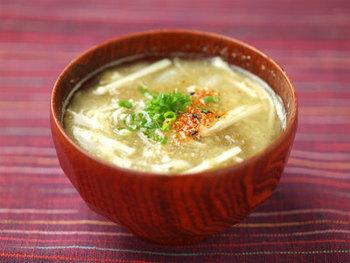 使いかけのえのきがあったら...とりあえず汁物にしちゃう!というのは、なかなか良い手法。えのきのとろみは味噌汁やスープを熱々の状態でキープしやすくしてくれるし、旨味が出るので味にコクがつきます。さらに、火を通して流れ出たビタミン類も、汁物にすれば丸ごといただけちゃうのが嬉しい。おいしくて効率的で一石二鳥です。