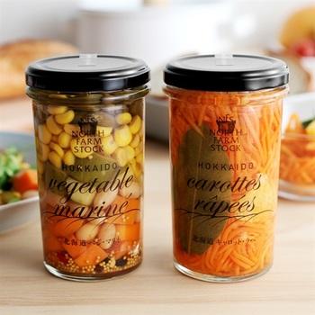 色鮮やかなニンジンのキャロットラペと何種類もの北海道のお野菜がたっぷりと入ったベジマリネ。そのまま食べても美味しいですし、サンドイッチの具やメイン料理の付け合わせにも重宝します。瓶に入った状態も素敵なので、このままテーブルに出して写真に撮ってみるのもいいかもしれません。
