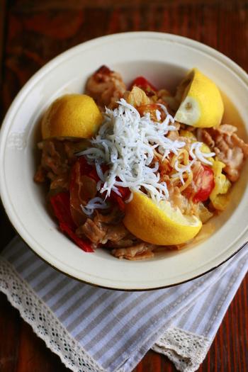レモン1個と、レタスもたっぷり使った、サラダのように爽やかなレモン塩焼きそば。レタスは、最後に入れるとシャキッと食感が残ります。