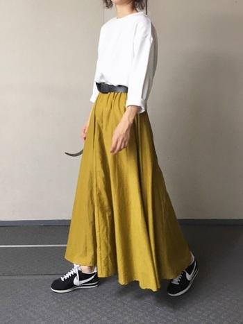 きれいなマスタード色のスカートを主役にしたこちらのコーデ。トップスを半袖から七分丈に変えれば、秋らしいお天気にも対応できます。