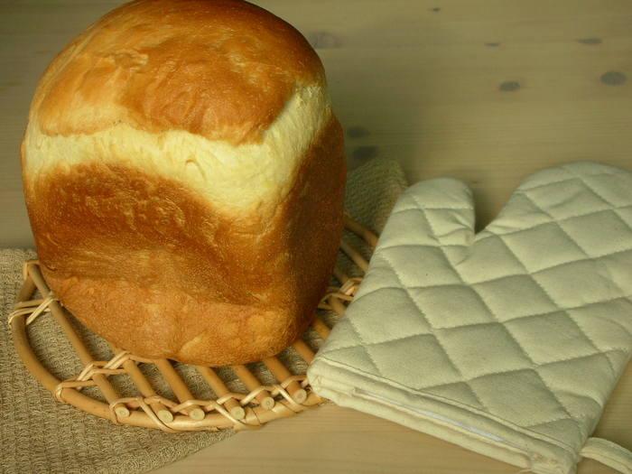 【カルピス食パン】 いつもの食パンにカルピスの原液をプラスすれば、ほのかな甘酸っぱさが美味しい、ふんわりとした食パンに。ホームベーカリーに材料を入れてセットするだけで、翌朝には焼きたてのパンが食べられます。