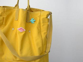 バッグにつけて大人の遊び心をプラスしてみてもおしゃれですね。バッグと補色の組み合わせにすると、ブローチの個性が引き立ちます。