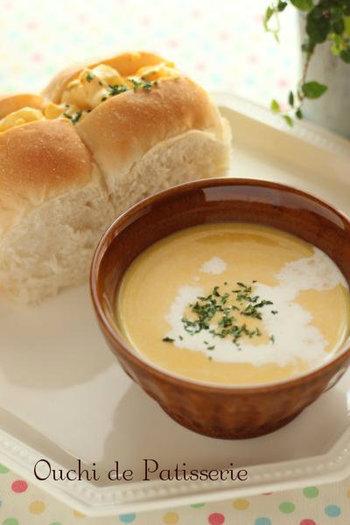 こちらのレシピはかぼちゃをレンジでチン!そしてお鍋の中にハンドブレンダーを入れて、ブーンと混ぜたら完成のかぼちゃスープです。ミキサーはないけれどハンドブレンダーならある!という方にもおすすめのなめらかスープです。