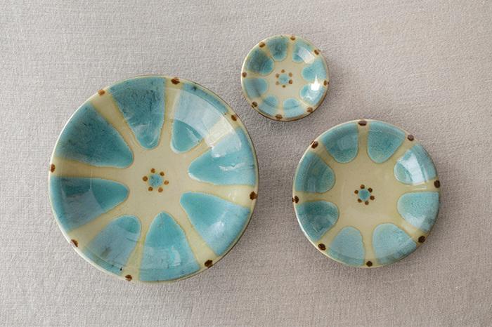 もうひとつ「精陶器」は白く細かい粘土に、長石や石灰と呼ばれるものが混ざっており、最後にうわ薬が塗られて焼かれるので、ガラスのようにコーティングされ硬い仕上がりになります。益子焼や唐津焼がその代表で、古くから日本でも日常使いの器として親しまれています。