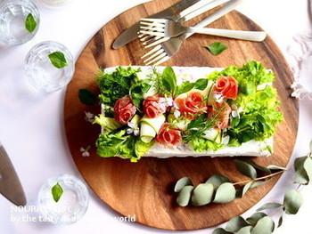 こちらは、サーモンとマッシュポテト、アボカドペースト、マヨ玉子のスモーガストルタ。生ハムのバラとハーブサラダで夏ガーデン風に仕上げています。