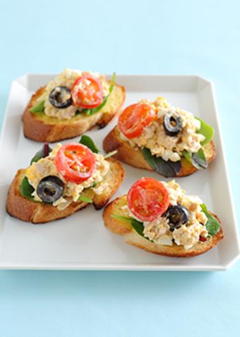 卵にプチトマト、オリーブといった冷蔵庫にストックしてある事が多い材料で簡単に作れるレシピ。大人向けには粗挽きコショウをプラスしてもおいしいです。