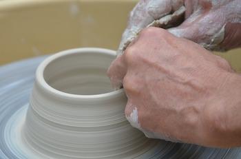陶芸をはじめる前に、陶磁器がどのようにしてできあがるのかみてみましょう。それぞれの地域や窯元で装飾などが違うため工程に違いはありますが、大きな流れは陶器も磁器も同じです。