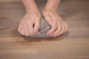 最初のステップは、土(粘土)を練ること。このときにしっかり練って空気を抜いておかないと、あとで割れてしまう原因に。