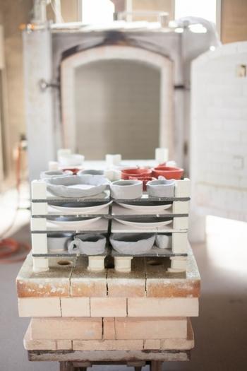 仕上げが終わったら1~2週間かけてじっくり乾燥させ、器が完全に乾燥したら、低めの温度で素焼きします。素焼きをすることで器は割れにくくなり、下絵付けができるように。