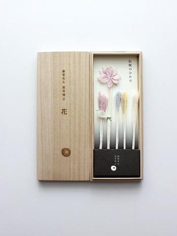 淡い色合いが何とも上品で美しい線香花火。微妙は色合いは草木染による自然の染色です。花びらの繊細さと線香花火のはかなさがリンクします。桐箱入りで飾っ置いても素敵。