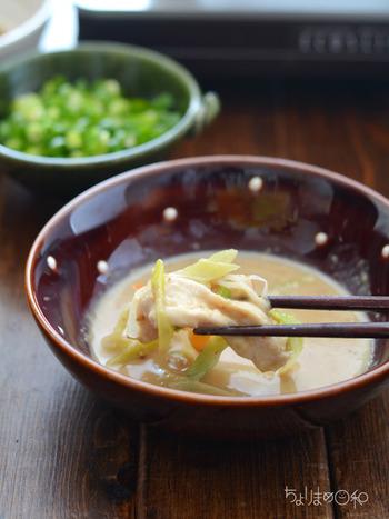 水炊きやしゃぶしゃぶなどのたれとして定番のゴマだれも釜玉うどんにとても合います。ポン酢に練りゴマ、すりごま、砂糖を混ぜるだけの簡単レシピ。たっぷりの野菜やキノコをのせて楽しみたいですね。