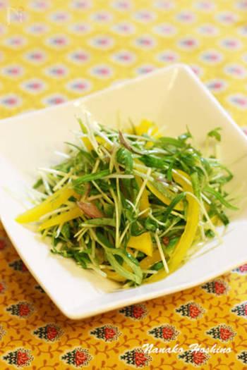 空芯菜のスプラウトとパプリカのビタミンカラーが目からも元気をくれるシャキシャキサラダ。みょうがも入れてよりサッパリと。和えてから時間が経つと水分が出てきて水っぽくなるので食べる直前に和えるのがおすすめです。