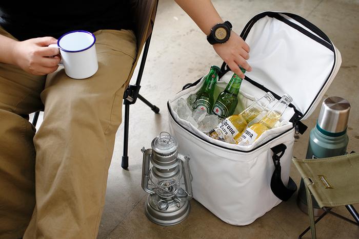 ソフトケースのクーラーバッグは、何と言っても軽くて持ち運びやすいのが魅力。中身が無くなれば折りたためるのも良いですね。花火大会でスマートに活躍してくれそう。