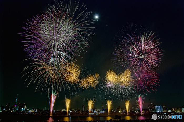 手持ちも打ち上げも、どちらも楽しみたい夏の花火。華やかな色彩を楽しんだり、しっぽり伝統に思いを馳せてみたり・・・。今年の花火はどんな風に楽しみますか?