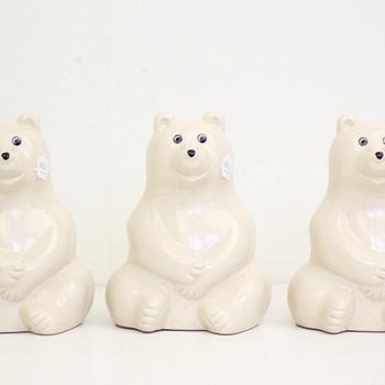 北欧インテリアの定番とも言える、白クマの形をした貯金箱です。もともとはフィンランドの銀行でノベルティとして子どもに配られていたものを、復刻生産したアイテムとなっています。  プラスチック製にも関わらず、グレーの点々が施された表面のデザインがまるで陶器のように見えることも人気の秘密です。