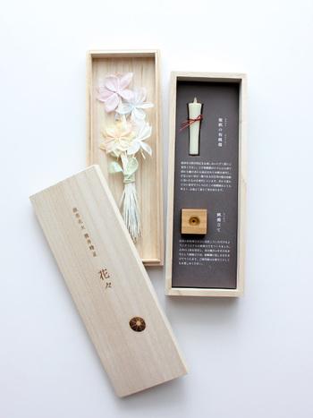 まるで小さな花束のような花々。ハゼの実から抽出されたロウで出来た和ろうそくが付いています。四角いロウソク立ては、九州の山桜製。線香花火を楽しむ時間を贅沢に演出してくれる。