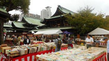 「天神さん」といえば、日本三大祭りの1つ「天神祭」で有名な「大阪天満宮」のこと。  「菅原道真公」が太宰府への道中、詣でたのは、この地の「大将軍社」。 没後、ここに一夜にして七本松が生えたのが縁で「大阪天満宮」を建立し、道真公を篤くお祀りする事になったのだそう。