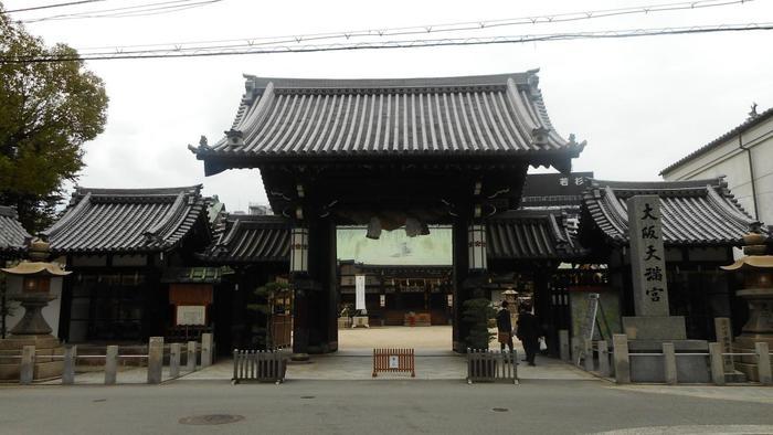 日本一長い「天神橋筋商店街」を抜けて小道に入れば、50mほどのところに門が見えてきます。  道真公は「学問の神様」。「試験合格」や「学業成就」「交通安全」や「厄除」「商売繁盛」などの御利益も。 本をゲットする前後などに、ぜひお参りを。
