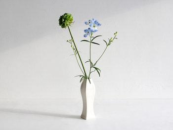 そんなJICONが手掛けた花瓶は、どんな花を活けても美しく魅せてくれます。グリーンや華やかなお花、ドライフラワーだって引きたててくれる、上品な花瓶です。